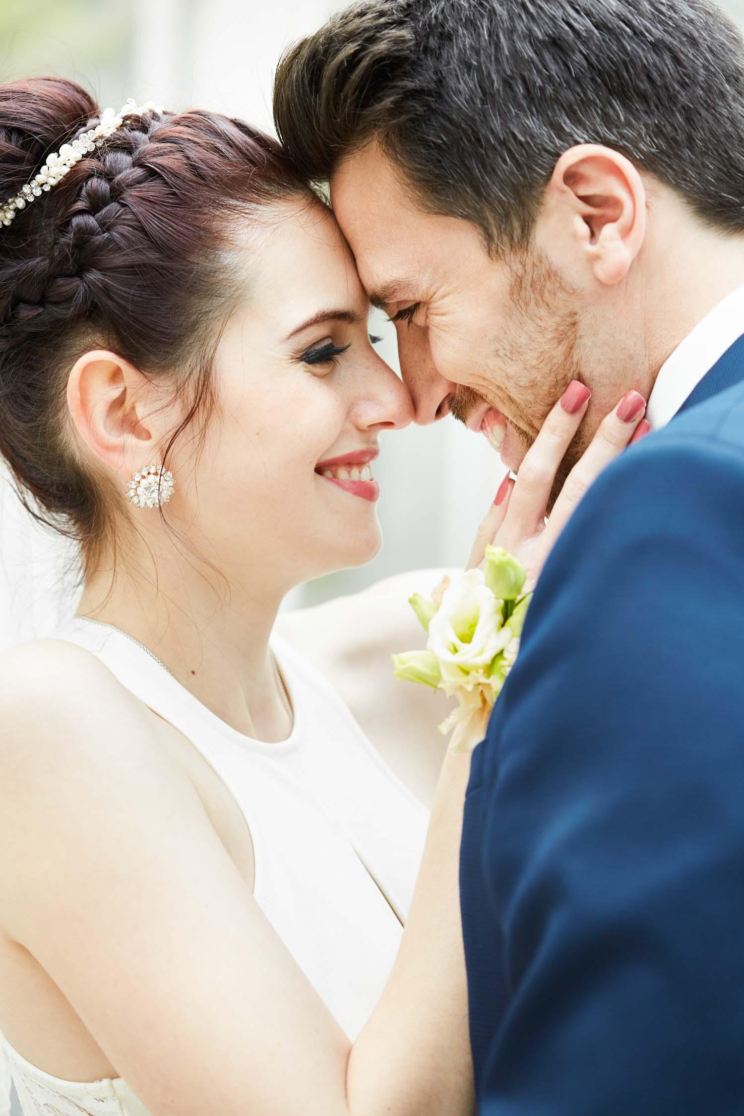 Hochzeit im Patrick Hellmann Schlosshotel Grunewald in Berlin - Brautpaar Shooting im Gewächshaus