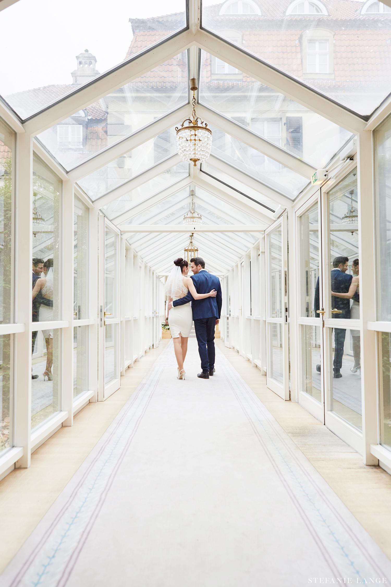 Hochzeit im Patrick Hellmann Schlosshotel Grunewald Berlin - Brautpaar im Wintergarten