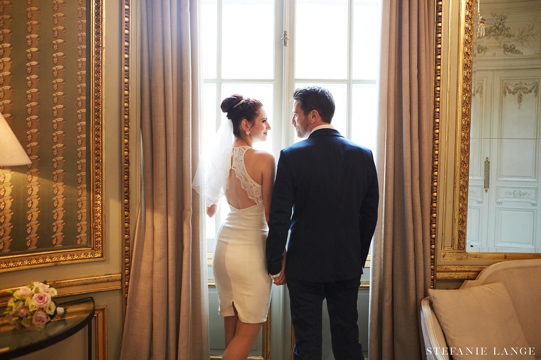 Hochzeitsfotos im Patrick Hellmann Schlosshotel Grunewald Berlin im Wohnzimmer