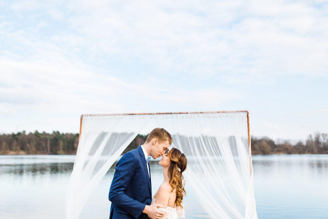 Boho Strand Hochzeit Inspiration mit Achat Scheiben: Ehepaar unter Traubogen - Stefanie Lange Hochzeitsfotografie