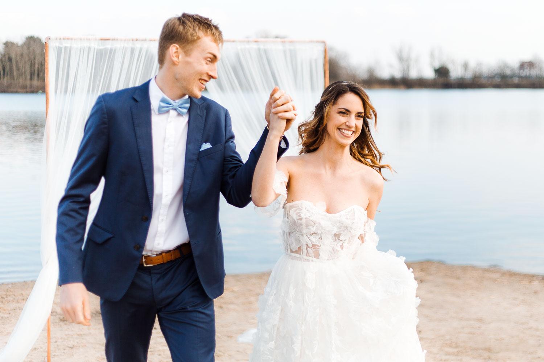 Boho Strand Hochzeit Inspiration mit Achat Scheiben: Auszug nach Trauung - Stefanie Lange Hochzeitsfotografie