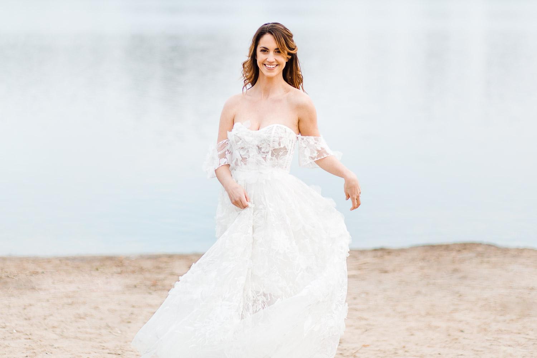 Boho Strand Hochzeit Inspiration mit Achat Scheiben: Portraits der Braut im Brautkleid - Stefanie Lange Hochzeitsfotografie