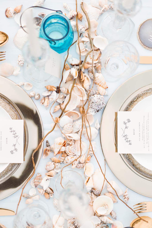 Boho Strand Hochzeit Inspiration mit Achat Scheiben: Tischdeko mit Muscheln - Stefanie Lange Hochzeitsfotografie