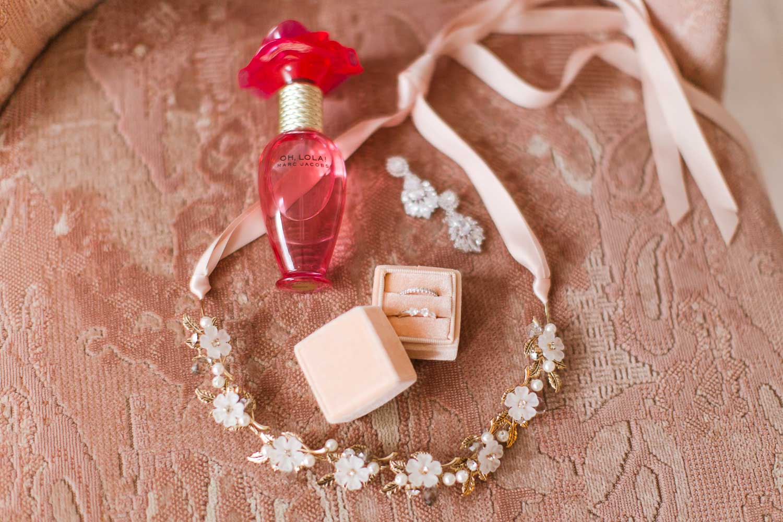 Stefanie Lange Hochzeit Fotograf - Bridal Boudoir Shooting in Berlin - Christmas Edition - Parfum Oh Lola von Marc Jacobs, Headpiece, Ringe, Ohrringe