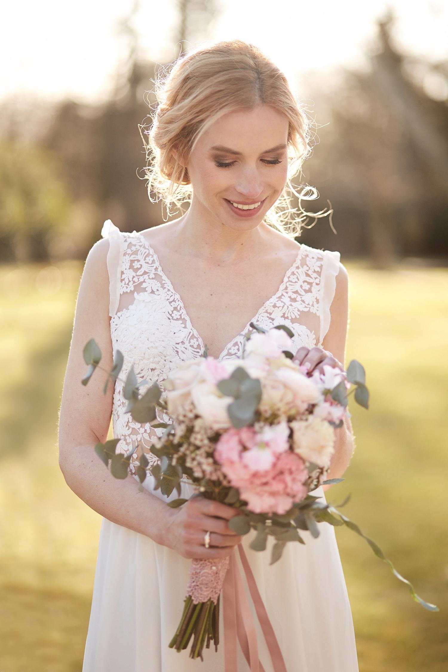 Stefanie Lange Hochzeitsfotograf: Brautportrait im Schloss Britz Berlin 2018: Braut Iris beim Shooting