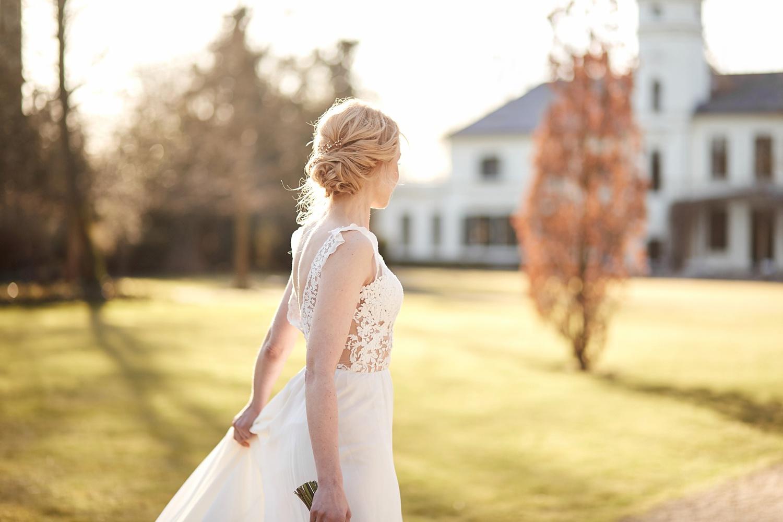 Stefanie Lange Hochzeitsfotograf: Brauteditorial im Schloss Britz Berlin 2018: Braut Iris beim Shooting