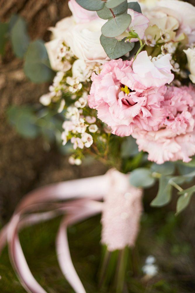 Stefanie Lange Hochzeitsfotograf: romantischer Brautstrauß von Flores Y Amores im Schloss Britz Berlin 2018
