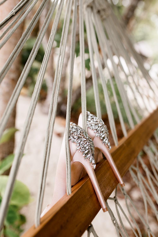 Seychellen Hochzeitsreportage: Brautschuhe von Badgley Mischka - Stefanie Lange Hochzeitsfotografie