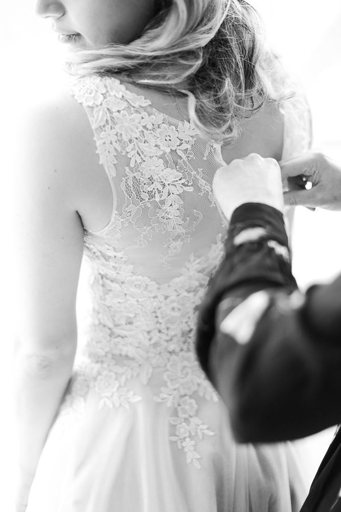 Stefanie Lange Hochzeitsfotograf Berlin - Getting Ready: Braut zieht ihr Brautkleid an