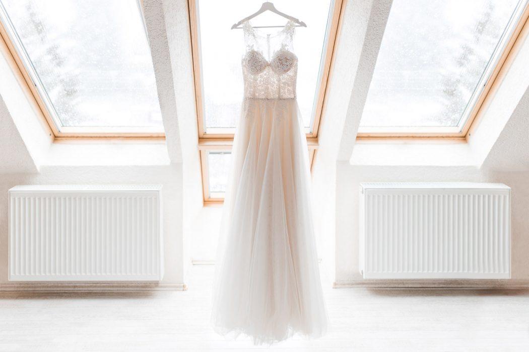 Stefanie Lange Hochzeitsfotograf Berlin - Getting Ready für die Hochzeit im Harz - Brautkleid hängend