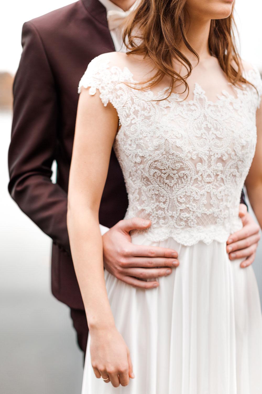 Brautpaarshooting in Berlin: Brautkleid mit grafischer Spitze - Stefanie Lange Hochzeitsfotografie