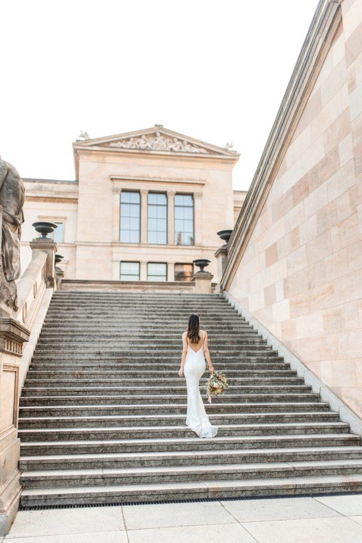 Fine Art Hochzeitsfotograf - Elegante zeitlose Brautportraits auf der Museumsinsel in Berlin - Stefanie Lange