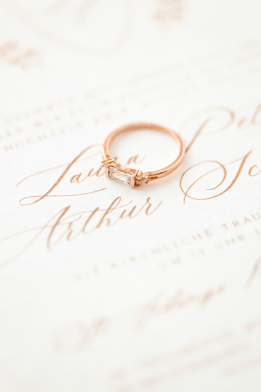 Fine Art Hochzeitsfotograf - Kalligrafie mit Verlobungsring